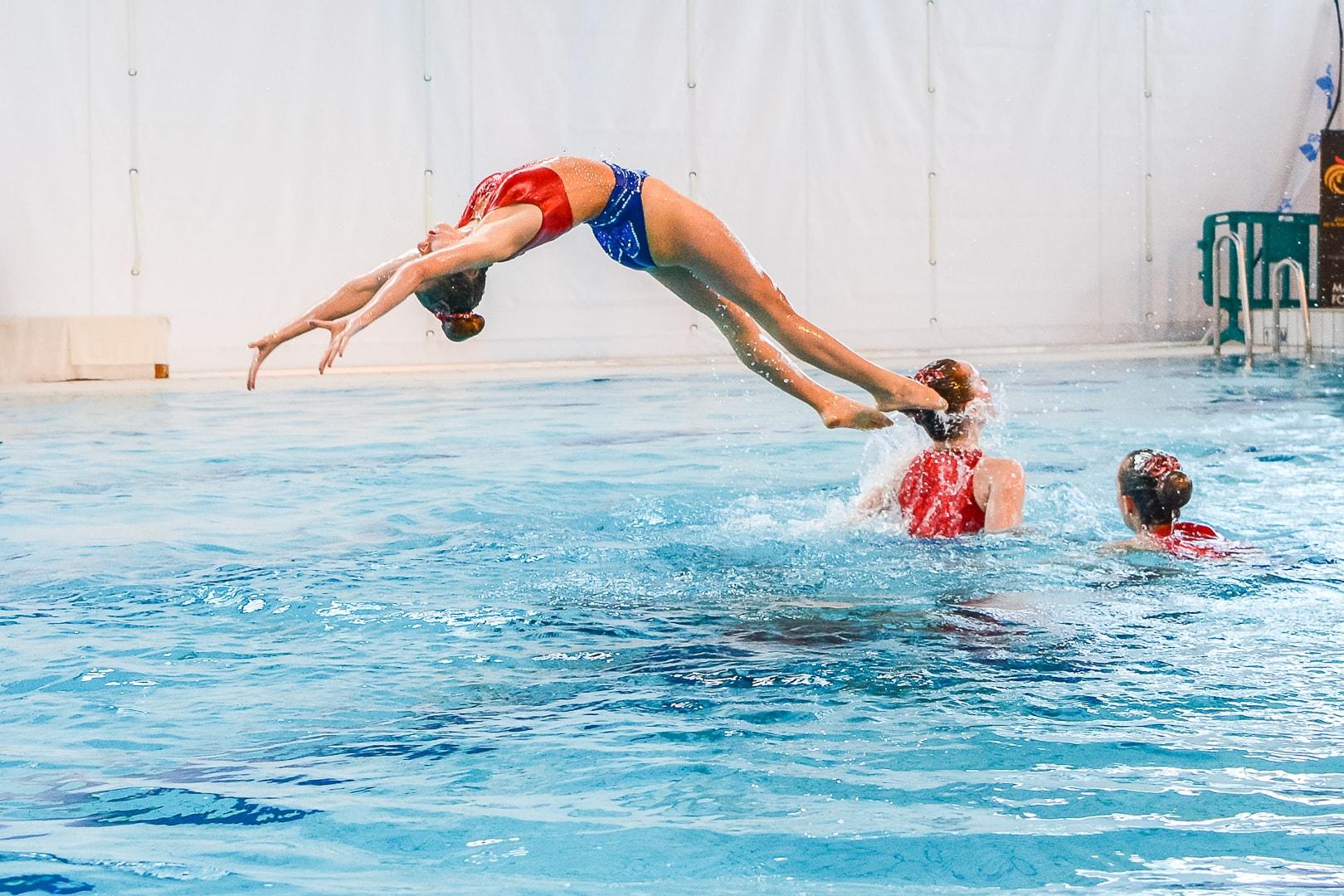 photographie natation synchronisee saut en arrière
